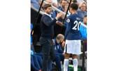 HLV Mauricio Pochettino chúc mừng ngôi sao Dele Alli ở chiến thắng tại Newcastle.  
