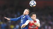 Arsenal (phải) đã để quá nhiều yếu kém ở hàng thủ trước  Leicester