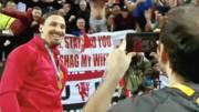 Ibrahimovic cùng banner của fan cuồng