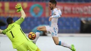 Dries Mertens (phải, Napoli) sút tung lưới AS Roma.