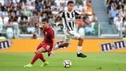 Paulo Dybala (phải, Juventus) vượt qua Fabio Pisacane (Cagliari).