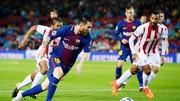 Messi (xanh đỏ) giúp Barca thắng trong thế thiếu người. Ảnh: Getty Images