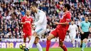 Ronaldo (trắng) có màn trình diễn chói sáng trước Sevilla. Ảnh: Getty Images
