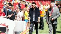 Alex Oxlade-Chamberlain chống nạng đi xem trận giao hữu Croatia-Brazil hồi đầu tháng 6. Ảnh: Getty Images