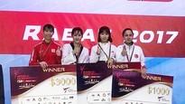 Kim Tuyền (áo đỏ) trên bục nhận giải. Ảnh: VŨ XUÂN THÀNH