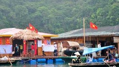 Boats carry visitors to Vung Vieng floating fishing village in Quang Ninh Province. The village is promoting responsible tourism with fish farms and tours friendly to environment. (Photo: baoquangninh.com.vn)