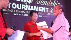 Ông Nguyễn Xuân Quang (phải) trao giải cho golf thủ.