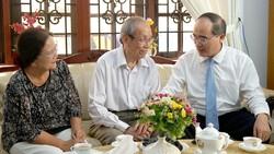Bí thư Thành ủy TPHCM Nguyễn Thiện Nhân thăm và chúc mừng các nhà giáo tiêu biểu