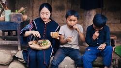 Vương Anh cùng trẻ em bản địa thưởng thức món bồ câu nướng vừa nấu tại Tủa Châu - Điện Biên  (Ảnh cắt từ clip)