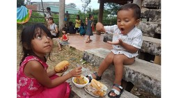 Y Mơn (phải) đang thưởng thức món cà-ri trong bữa tiệc Trung thu