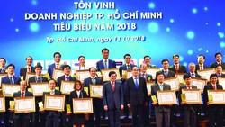 Bí thư Thành ủy TPHCM Nguyễn Thiện Nhân và Chủ tịch UBND TPHCM Nguyễn Thành Phong  chúc mừng các doanh nghiệp, doanh nhân tiêu biểu          Ảnh: NGUYỄN ĐÌNH