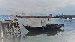 Giàn rớ của bà Ánh bên sông Nhật Lệ