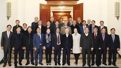 Các đồng chí Bộ Chính trị chụp ảnh chung với  Ban Thường vụ Thành ủy Hải Phòng. Ảnh: TTXVN