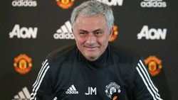 HLV Jose Mourinho không nêu lên bất kỳ điều tích cực nào trong buổi họp báo đầu tiên. Ảnh: Getty Images