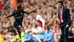 Ở Man.City, một cầu thủ tấn công như Raheem Sterling (trái) cũng lùi về để tranh bóng với Mesut Oezil. Ảnh: Getty Images