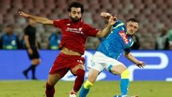 HLV Jurgen Klopp hy vọng Liverpool (trái) sẽ có được diễn biến hoàn hảo để đánh bại Napoli. Ảnh: Getty Images