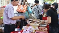 Sản phẩm rổ đựng, túi xách, nón lá được làm từ lục bình, mây tre...                               bày bán tại TPHCM                                 Ảnh: THI HỒNG