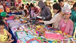 Phụ huynh và học sinh chọn mua các loại học cụ tại ngày hội hàng bình ổn                          phục vụ mùa khai trường do quận Gò Vấp tổ chức                          Ảnh: UYỂN CHI