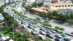 Phương tiện giao thông đi vào trung tâm TPHCM qua đường Nguyễn Hữu Cảnh. Ảnh: CAO THĂNG