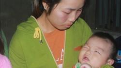 Vợ chồng nghèo không tiền chữa bệnh cho con