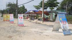 Bảng mời chào mua bán nhà đất trên đường Nguyễn Xiển, quận 9. Ảnh: Đỗ Trà Giang