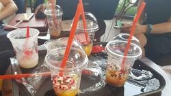 Một số cửa hàng cho dù khách uống tại chỗ vẫn dùng các ly nhựa, muỗng nhựa, ống hút nhựa