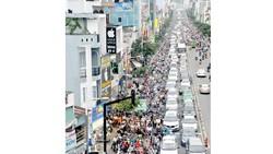 Các loại phương tiện giao thông xả khói làm chất lượng không khí thành phố giảm. Ảnh: CAO THĂNG