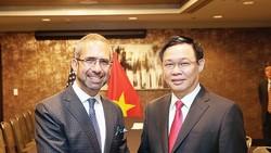 Ông Vương Đình Huệ - Phó Thủ tướng gặp gỡ ông Michael Goltzman - Phó Chủ tịch phụ trách chính sách công, môi trường bền vững và tác động xã hội của Tập đoàn Coca-Cola