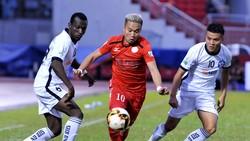 Phi Sơn (áo đỏ, CLB TPHCM) đi bóng trước hàng phòng ngự SHB Đà Nẵng. Ảnh: NGUYỄN NHÂN