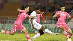 CLB TP Hồ Chí Minh (áo trắng) trong trận thắng CLB Sài Gòn 2 - 1 ở lượt đi. Ảnh: DŨNG PHƯƠNG