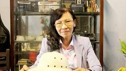 Bà Trần Thị Triệu với chiếc nón cối của cha năm xưa đang được lưu giữ tại căn nhà số 113A Đặng Dung, quận 1