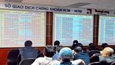 VN-Index vượt xa 900 điểm phiên cuối tuần