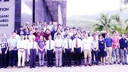 Các đại biểu, nhà khoa học, bạn trẻ yêu khoa học cùng chụp ảnh lưu niệm tại Trung tâm  ICISE