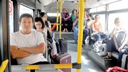 Hành khách đi xe buýt tại tuyến sân bay Tân Sơn Nhất. Ảnh: THÀNH TRÍ