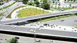 Cầu vượt trước sân bay Tân Sơn Nhất. Ảnh: CAO THĂNG