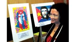 Tổng Lãnh sự Cuba tại TPHCM Indira Lopez Arguelles xem triển lãm tranh thiếu nhi đoạt giải trong cuộc thi vẽ Che Guevara