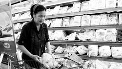 Người tiêu dùng an tâm mua thịt gà tươi ở siêu thị vì đã được kiểm dịch