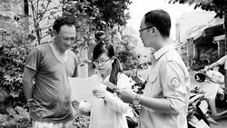 Nhân viên Công ty Cấp nước Tân Hòa tuyên truyền, vận động người dân sử dụng nước sạch