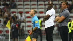 HLV Patrick Vieira (giữa) trong trận Nice thua Reims trên sân nhà.