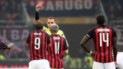Gonzalo Higuain lãnh thẻ đỏ vì thét vào mặt trọng tài.
