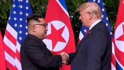 """Cái bắt tay """"lịch sử"""" giữa lãnh đạo hai nước. Ảnh: CNN"""