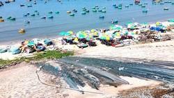 Khu vực bãi biển làng chài Mũi Né bị người dân lấn chiếm bán hàng quán, nước thải chảy tràn lan