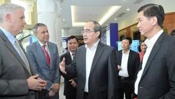 Bí thư Thành ủy TPHCM Nguyễn Thiện Nhân trao đổi với các đại biểu. Ảnh: CAO THĂNG