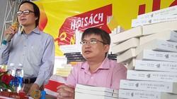 Tác giả Trần Đức Anh Sơn (bìa phải) tại buổi lễ ra mắt bộ sách.