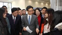 Phó Thủ tướng Vũ Đức Đam cùng các đại biểu tham quan gian hàng khởi nghiệp sáng tạo của sinh viên. (Ảnh: Thanh Tùng/TTXVN)