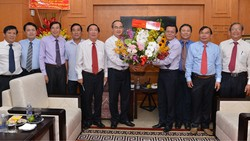 Bí thư Thành ủy Nguyễn Thiện Nhân tặng hoa chúc mừng Báo Sài Gòn Giải Phóng. Ảnh: VIỆT DŨNG