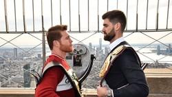 Canelo Alvarez (trái) mặt đối mặt với Rocky Fielding trên đỉnh Tòa nhà Empire State ở New York