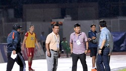 Ban huấn luyện đội Đà Nẵng phản ứng trọng tài trên sân Thống Nhất. Ảnh: NGUYỄN NHÂN