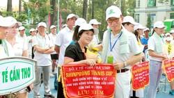 Ông Ryu Jei Man trao cờ lưu niệm cho các đoàn VĐV tham dự tại lễ khai mạc