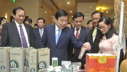 Chủ tịch UBND TPHCM Nguyễn Thành Phong và Chủ tịch UBND tỉnh Nghệ An Thái Thanh Quý, cùng các đại biểu tham quan khu trưng bày sản phẩm của doanh nghiệp Nghệ An, tại hội nghị. Ảnh: CAO THĂNG